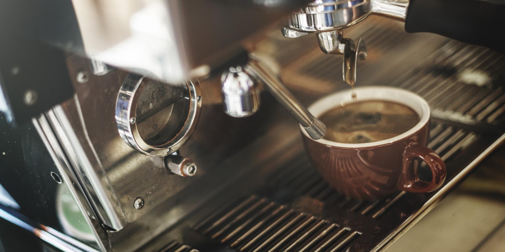przygotowanie kawy z ekspresu
